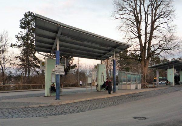 Die Bushaltestelle am Bahnhof: derzeit ein tristes Bild